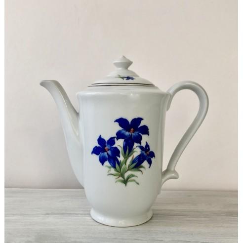 konvice bílá s modrými květy