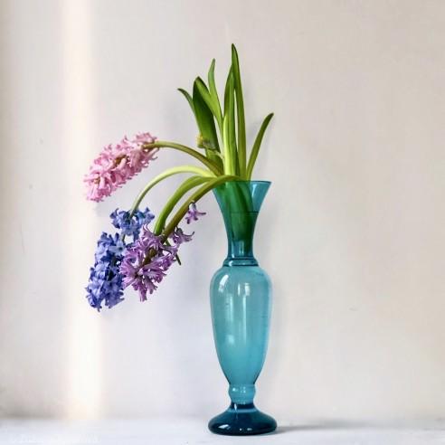 modrá skleněná váza