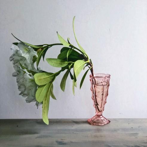 Růžová menší váza z litého křišťálového skla na patce