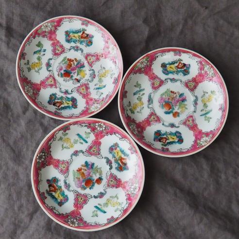 set tří talířků